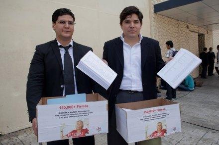 Presentan 150 mil firmas en Televisa para exigir despido de Bozzo. Foto: Eduardo Miranda
