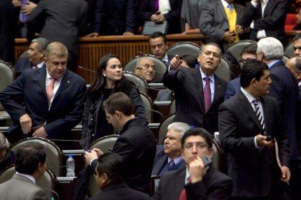 Manlio Fabio Beltrones durante la discusión por el presupuesto 2014. Foto: Miguel Dimayuga