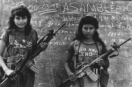 Niñas guerrilleras en Los Ranchos durante el conflicto armado en El Salvador. Foto: Archivo