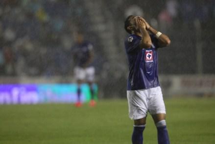 Marco Fabián llora la eliminación del Cruz Azul en mayo de 2014. Foto: Miguel Dimayuga.
