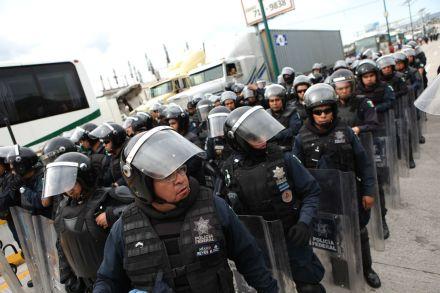 Policías federales, durante un bloqueo en la Autopista del Sol. Foto: Octavio Gómez
