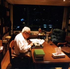 Julio Scherer García en su estudio en el 2002. Foto: Ulises Castellanos