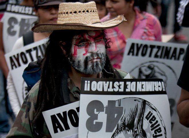 Exigen justicia para los 43 normalistas de Ayotzinapa. Foto: AP / Marco Ugarte