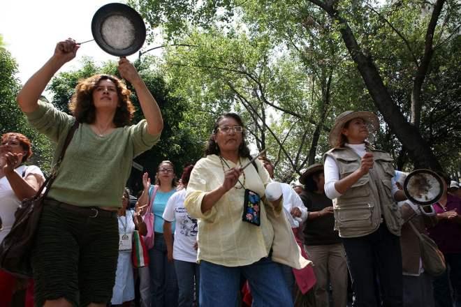 Amas de casa protestan en la Secretaría de Economía. Foto: Octavio Gómez