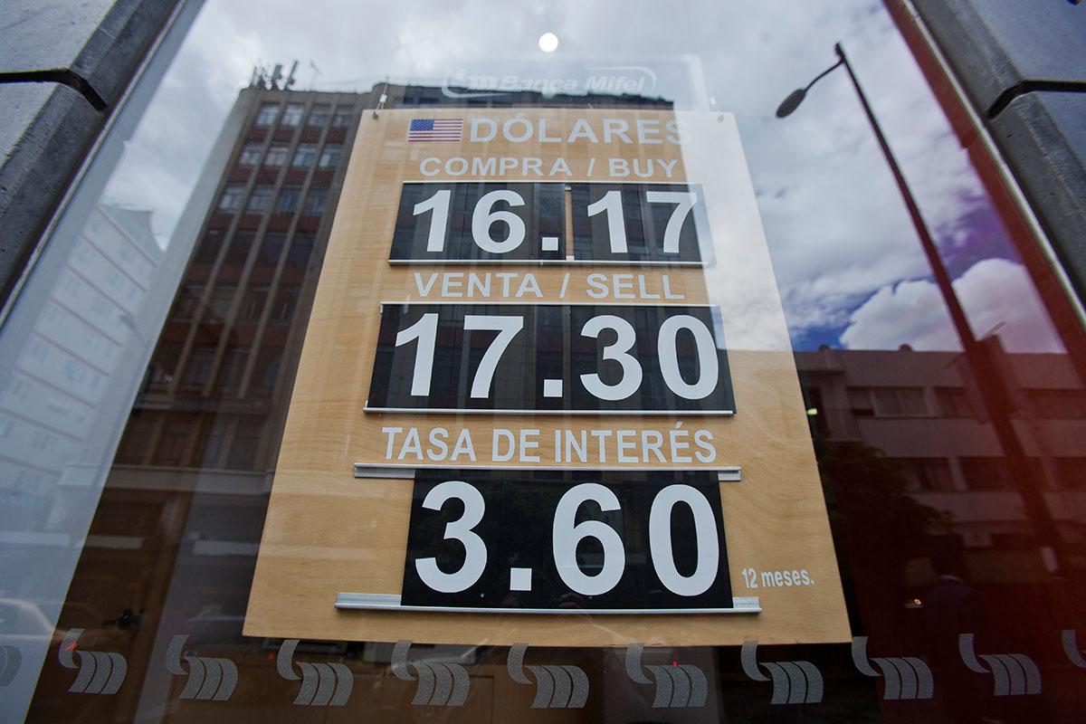 Dólar se mantiene arriba de los 17 pesos. Foto: Octavio Gómez