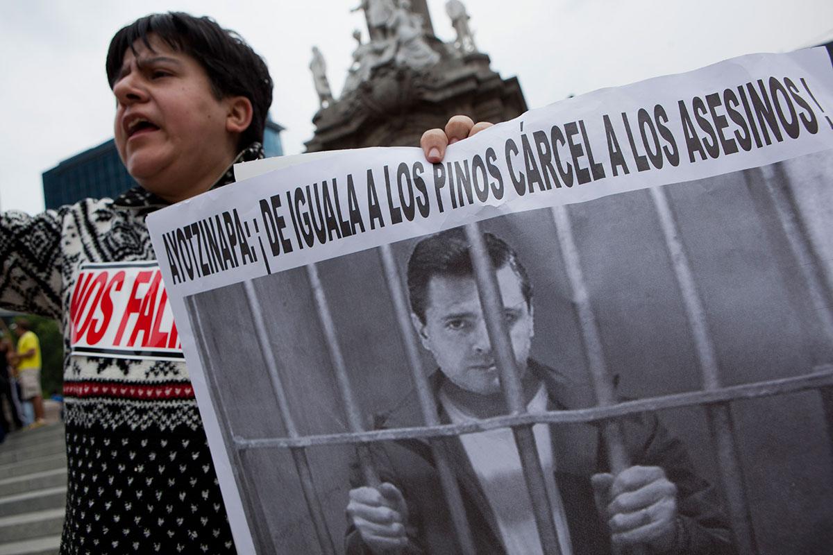 Activistas exigen justicia para los normalistas de Ayotzinapa. Foto: Octavio Gómez