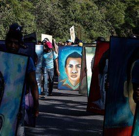 Normalistas de Ayotzinapa marchan a Chilpancingo. Fotos: Germán Canseco