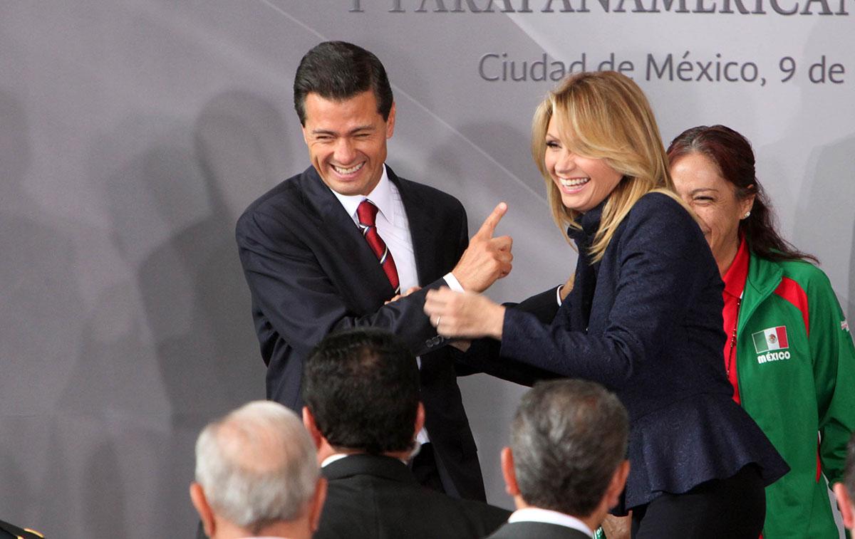 Peña y Rivera durante un encuentro con atletas en Los Pinos. Foto: Benjamin Flores