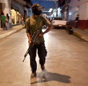 Un elemento de la policía comunitaria en las calles de Tixtla. Foto: Germán Canseco