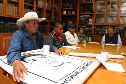 Padres de los 43 normalistas de Ayotzinapa visitan las oficinas de Proceso. Foto: Eduardo Miranda
