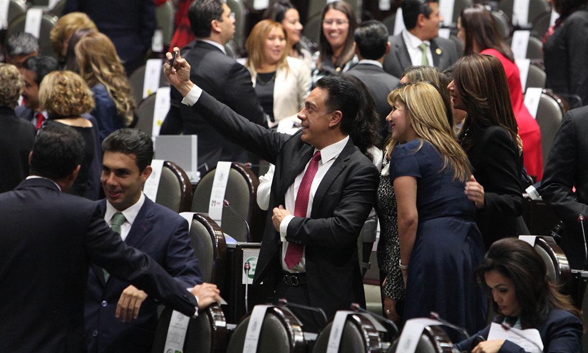 El senador priista Omar Fayad se toma una selfie con diputadas. Foto: Benjamin Flores