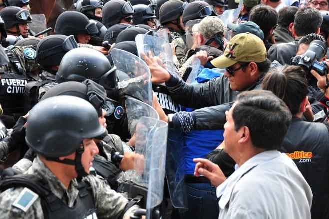 Policías y maestros se enfrentan en Veracruz. Foto: Miguel Ángel Carmona
