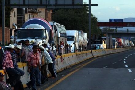 Campesinos bloquean la Autopista del Sol. Foto: Margarito Pérez