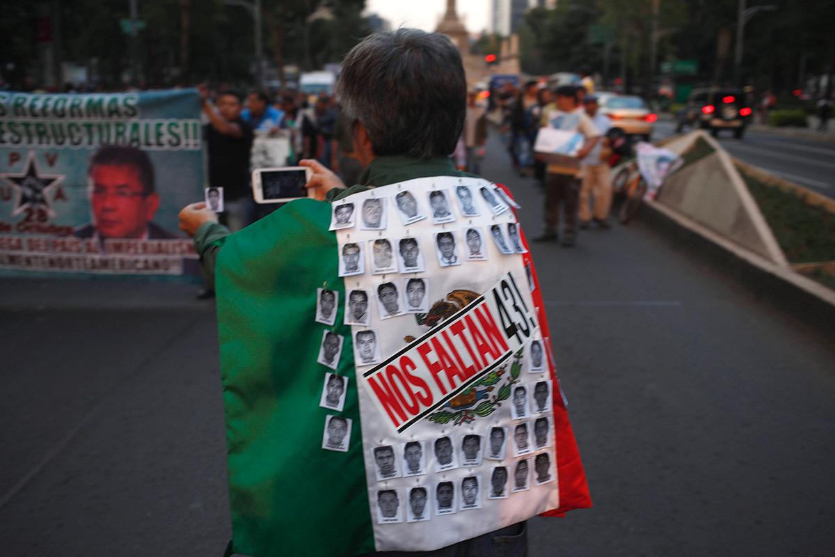 Marchan a 14 meses de la desaparición de los 43 normalistas. Foto: AP / Eduardo Verdugo