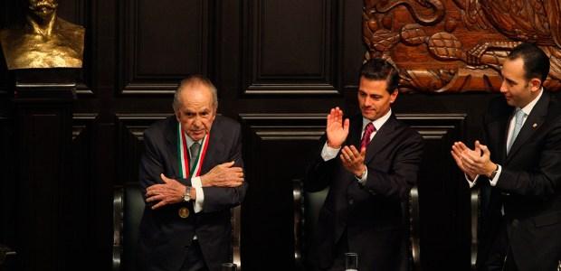 Peña entrega la medalla Belisario Domínguez al empresario Alberto Bailleres. Foto: Miguel Dimayuga