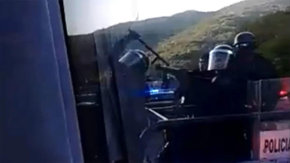 La agresión de los policías al camión donde viajaban los estudiantes de Ayotzinapa. Foto: Especial