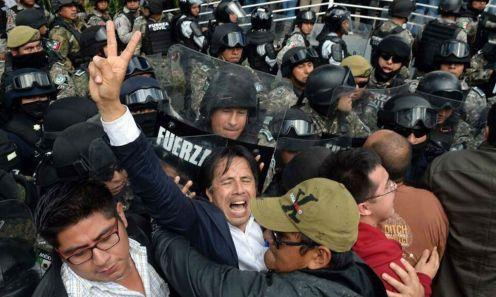 El diputado federal Cuitláhuac García recibió algunos golpes por parte de policías de Veracruz. Foto: Tomada de Facebook
