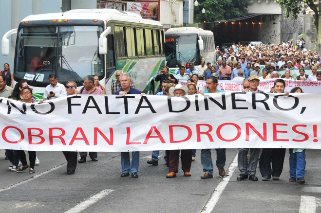 Pensionados protestan en Xalapa. Foto: Miguel Ángel Carmona