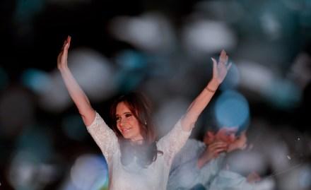 La despedida de Kirchner en la Plaza de Mayo. Foto: AP / Natacha Pisarenko