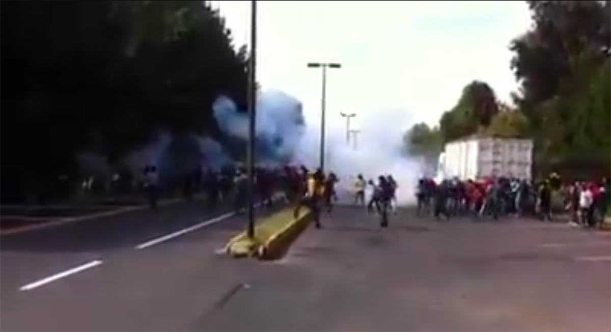 El enfrentamiento entre policías y normalistas en Michoacán. Foto: Especial