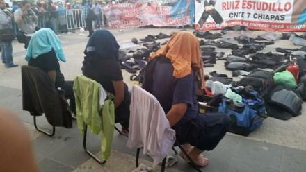 Los policías retenidos por los maestros en Chiapas. Foto: Isaín Mandujano