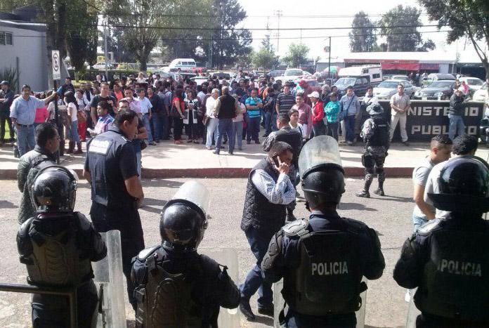 Maestros y policías en la PGJEM esta tarde. Foto: Especial