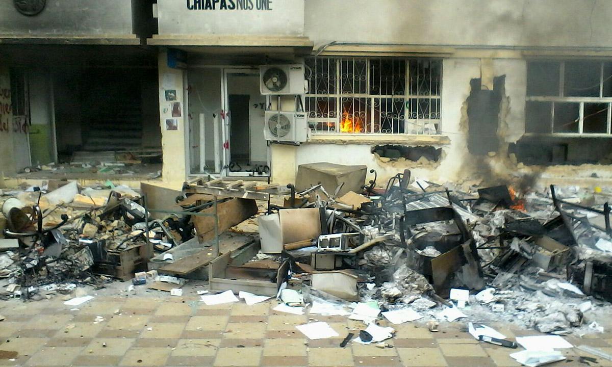 La quema de documentos en la alcaldía de Tila. Foto: Especial