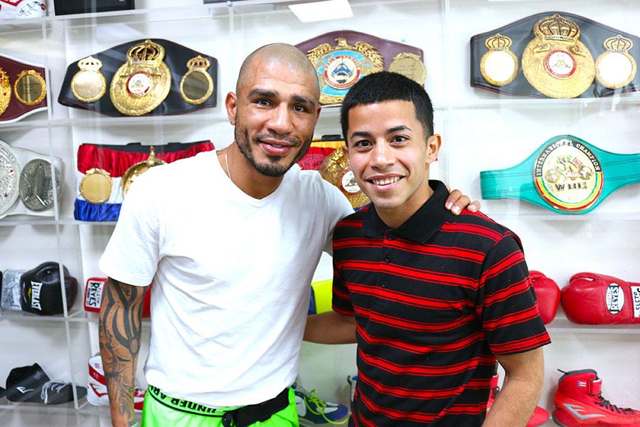Carlos Narváez firma con Cotto