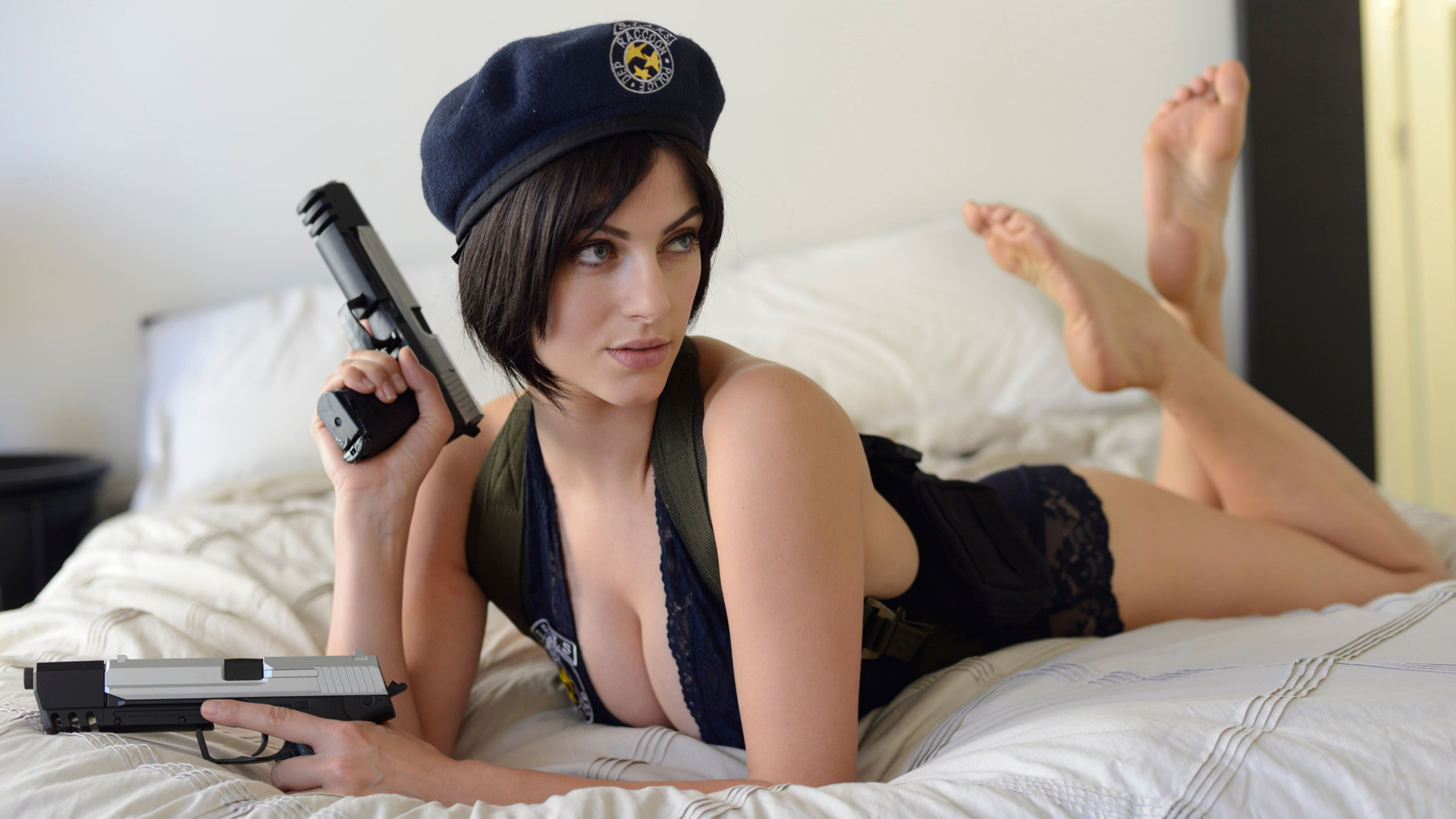 Julia Roberts Hd Wallpapers Jill Valentine In Bed With Guns Ps4wallpapers Com