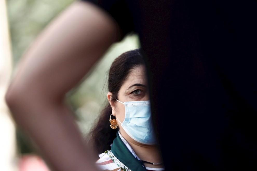 Una mujer con mascarilla este viernes en Madrid. | EFE