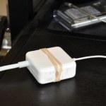 Una banda elástica de goma puede evitar que su cargador se caiga del escritorio