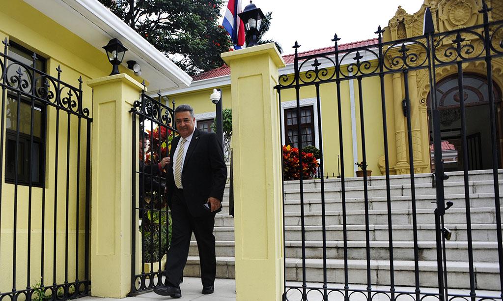 Lunes 22 de Junio 2015, San José centro, Cancillería,  el gobierno Nicaragüense  capturó a un empresario Tico, quien cumple tres semanas preso sin cargos y en condiciones precarias en un calabozo de máxima seguridad en la cárcel de Chipote , en Managua, el gobierno costarricense manifesto su preocupación por la faltas de garantías minimas para José Daniel Gil Trejos, el canciller Manuel Gonzalez convocó al embajador nica  Harold Rivas a una reunion para una pronta solución, en la fotografía aparace  el embajador Nicaragüense  saliendo de la Cancillería de Costa Rica después de la reunion con el canciller Manuel González , foto rafael murillo