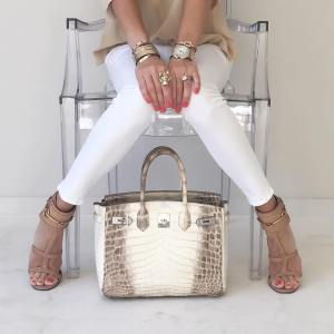 @upcloseandstylish poses with her Himalayan Birkin 30. Click to read about her HGB