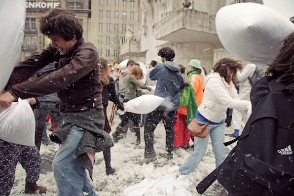 PILLOW FIGHT AMSTERDAM DAM SQUARE 2009