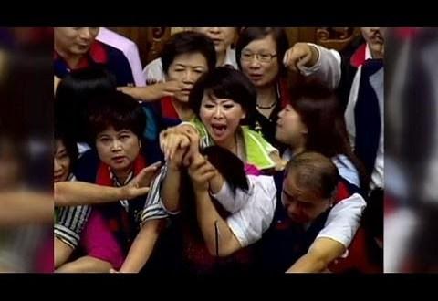 """فيديو : ضرب وإشتباك بين """" نائبات """" البرلمان التايواني"""