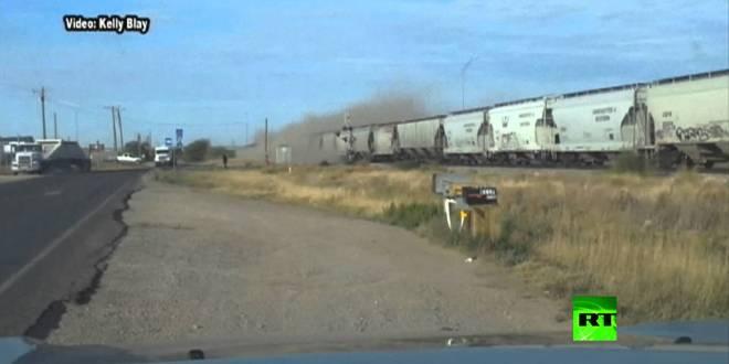 لحظة اصطدام قطار بشاحنة مقطورة في ولاية تكساس الامريكية