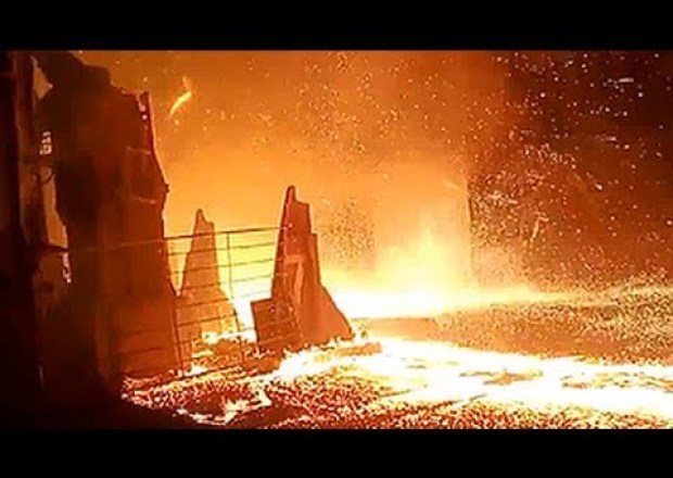 فيديو: عمّال يصورون حادث مرعب في مصنع للحديد