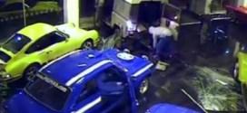 فيديو : سرقة سيارة ثمنها 180 الف دولار بطريقة مبتكرة !!