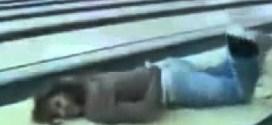 فيديو : فتاة عربية تتعرض لموقف محرج في لعبة البولينج !