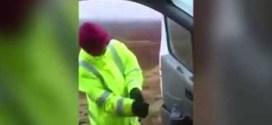 شاهد : رجل يفشل في إغلاق باب سيارته بسبب قوة الرياح !!