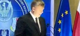 شاهد : وزير الدفاع البولندي يتعرض لموقف محرج !