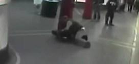 فيديو: هجوم ضابط شرطة على رجل بعد إنقاذ حياته !