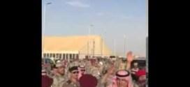 شاهد : الأمير محمد بن نايف يعود من سيارته تلبية لطلب أحد الشباب !