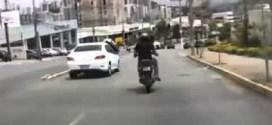 فيديو : سائق دراجه يركل سيارة ،، شاهد النتيجه !!