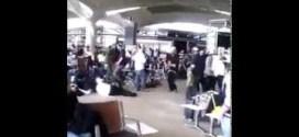 فيديو لـ شبان يهود اسرائيليين يرقصون في مطار الملكة علياء بالأردن !!