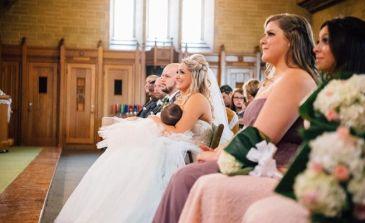 Una novia amamantando a su bebé en el altar arrasa en Facebook