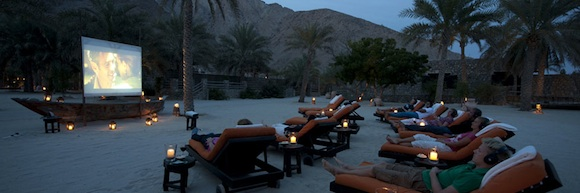 Cine en la playa en el Six Senses de Zighy Bay