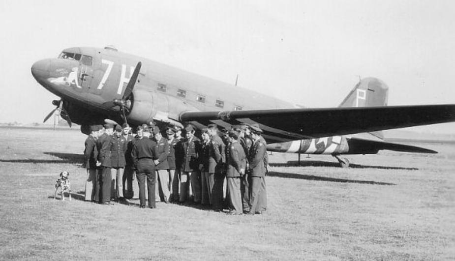 306th Troop Carrier Squadron C-47 with nose code 7H, left photo - letter of recognition