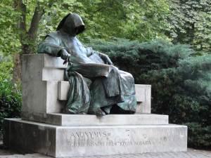 La statue d'Anonymus, l'auteur supposé de la Gesta Hungarorum