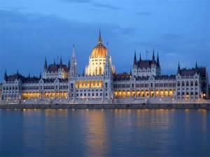 Le Parlement Hongrois illuminé à la nuit tombante au bord du Danube